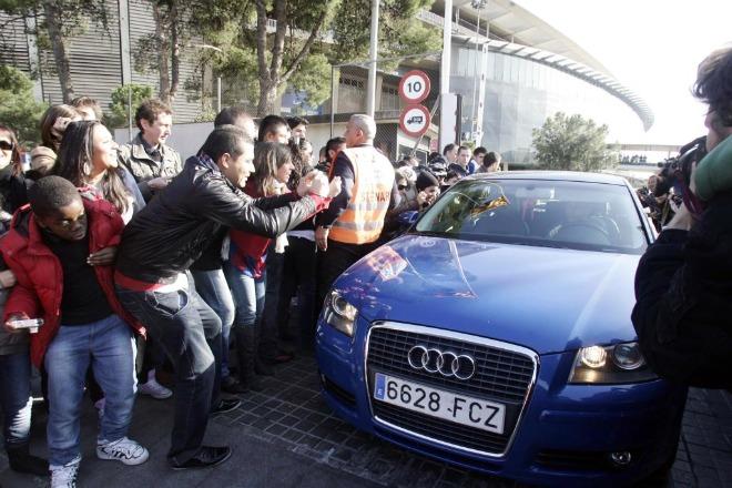 Los jugadores del FC Barcelona no fueron los �nicos que se pasaron toda la ma�ana esperando a ver qu� se decid�a al final. Muchos aficionaron esperaron a la salida del estadio para saludar a sus �dolos. En la foto, Iniesta abandona el Camp Nou.