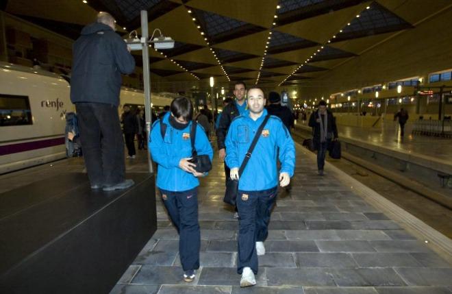 La llegada del Barcelona a la estaci�on de las Delicias coincidi� con la salida desde ese mismo punto del Zaragoza, rumbo a Almer�a, donde ma�ana juegan su correspondiente partido de Liga con el conjunto local.