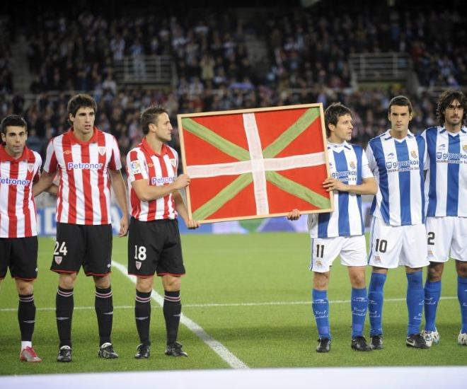 Los onces de la Real Sociedad y del Athletic posaron con la ikurri�a con la que los dos equipos salieron en 1976. Fue en el derbi vasco de Anoeta.
