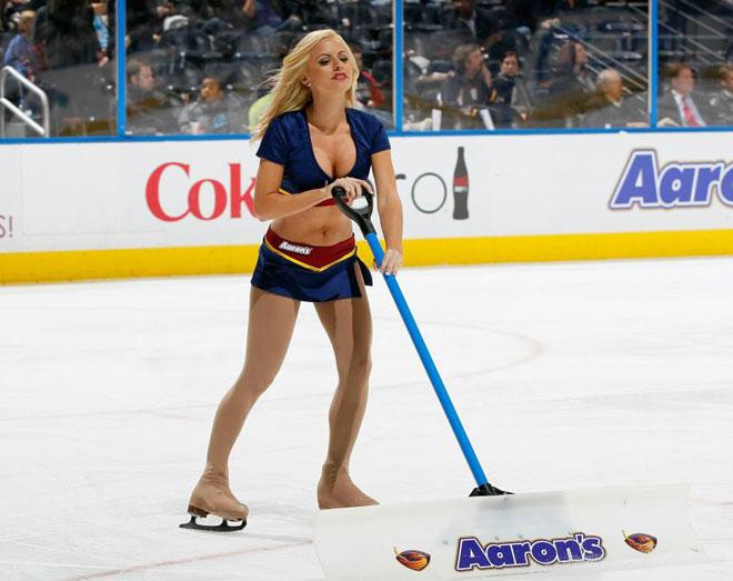Una de las integrantes de las Atlanta Thrashers Blue Crew adecentando el hielo durante un partido de la NHL.