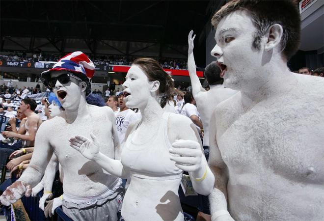Tres aficionados se presentaron de esta manera al partido de los Xavier Musketeers ante los Butler Bulldogs de baloncesto.