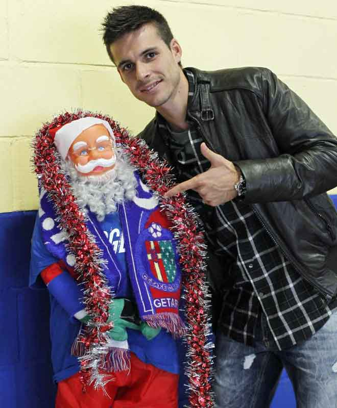 Manu del Moral, jugador del getafe, posa durante la cena de navidad con papa Noel.