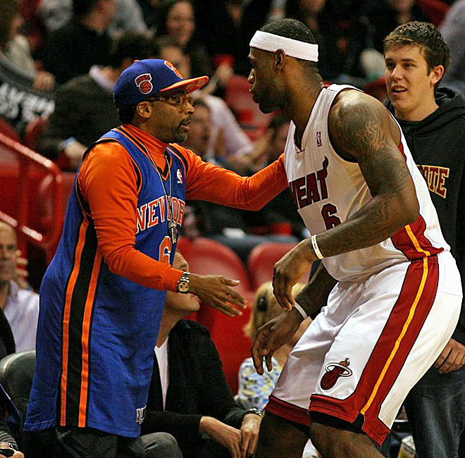 El director de cine Spike Lee se present� en Miami con la camiseta de su equipo, los New York Knicks, aunque no por ello renunci� a saludar a una de las grandes estrellas de la NBA: LeBron James.