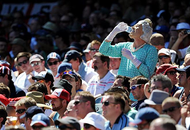 Los seguidores ingleses desplazados a Melbourne para seguir a su selecci�n de cricket durante el 'Fourth Ashes' siguen dejando im�genes llamativas. Aqu�, un aficionado disfrazado de la Reina de Inglaterra.