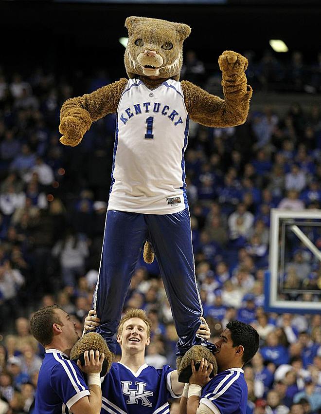 La mascota de los Wildcats es alzada por varios compa�eros de animaci�n en el descanso del choque ante los Coppin State Eagles en el Rupp Arena de Kentucky.