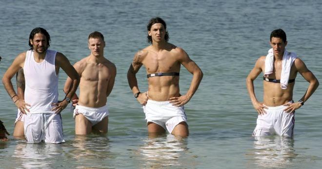 El Milan est� en una concentraci�n navide�a en Dubai y algunos jugadores no dudaron en meterse en el mar.