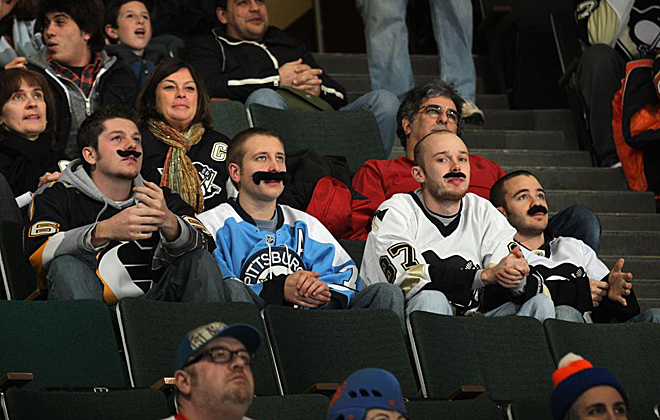 Aficionados de los Pittsburgh Penguins lucieron bigote durante el choque disputado en el Nassau Coliseum ante los New York Islanders.