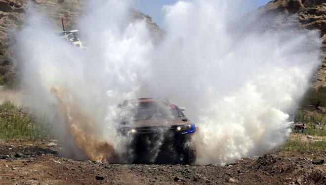 El piloto qatarí Nasser Al Attiyah ganó la undécima etapa del Dakar y quedó a un paso del título, después de que el español Carlos Sainz sufriera problemas mecánicos que le hicieron perder más de una hora.