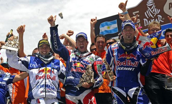 Marc Coma y Cyril Despres estuvieron acompañados en el podio por el portugués Helder Rodrigues, que aprovechó un problema mecánico del chileno Francisco 'Chaleco' López, en la última jornada, para subirse al cajón.