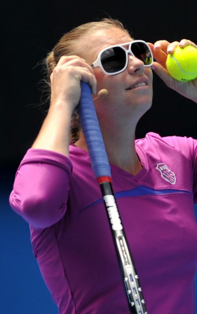 La rusa Vera Zvonereva no tuvo ning�n tipo de problemas en enfundarse una gafas de sol para disputar el partido de exhibici�n de Melbourne.