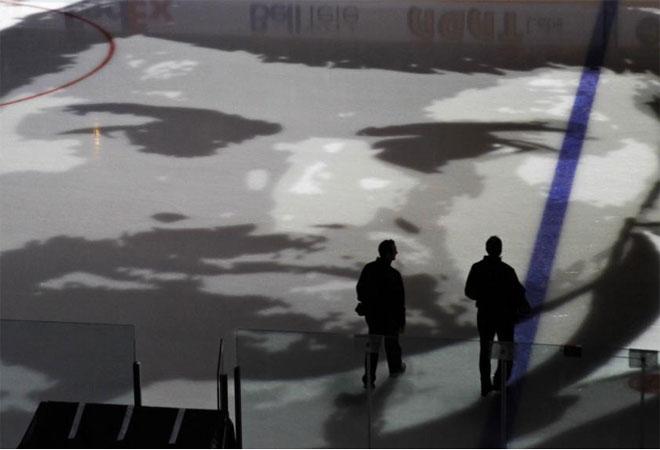 La NHL nos deja im�genes como �sta, con el rostro de Roman Hamrlik proyectada sobre el hielo.