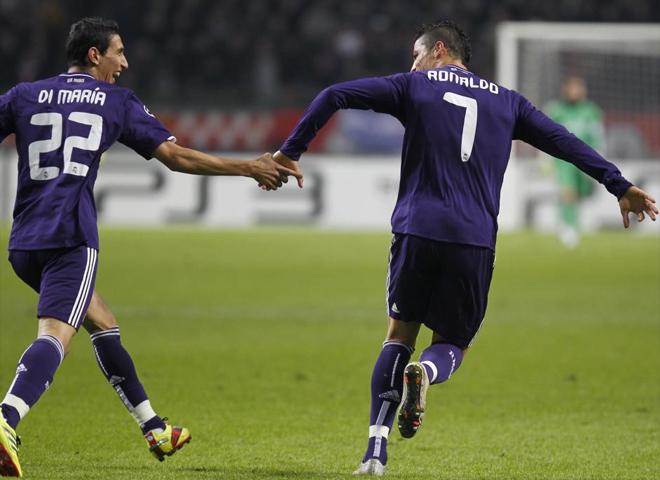 Ronaldo y Di Maria celebran de la mano un gol del portugués en un partido de Champions League frente al Ajax de Amsterdam.