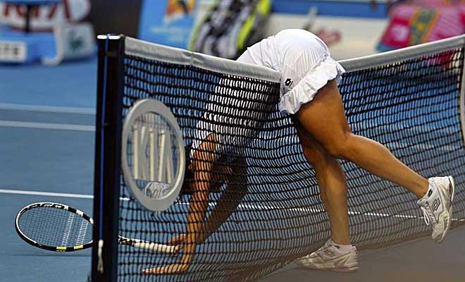La italiana Francesca Schiavone termina un interambio reposando sobre la red de la Hisense Arena en un partido de exigencia f�sica m�xima ante Svetlana Kuznetsova