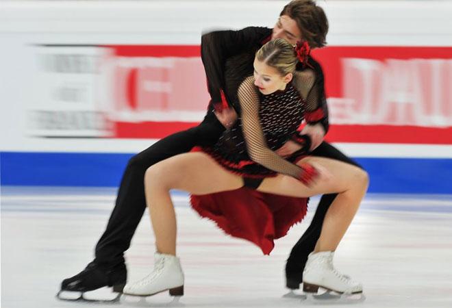 Esta pareja de patinadores sienten la música durante su participación en los europeos.