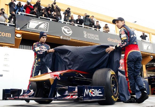 Jaime Alguersuari ha presentado este martes, junto a su compa�ero de equipo, el suizo Sebatien Buemi, el STR6 con el que la escuder�a Toro Rosso participar� en el Mundial de F�rmula 1 de 2011.