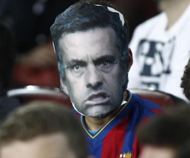 Un aficionado del Bar�a se plant� con la careta de Mourinho en las gradas del estadio barcelonista.
