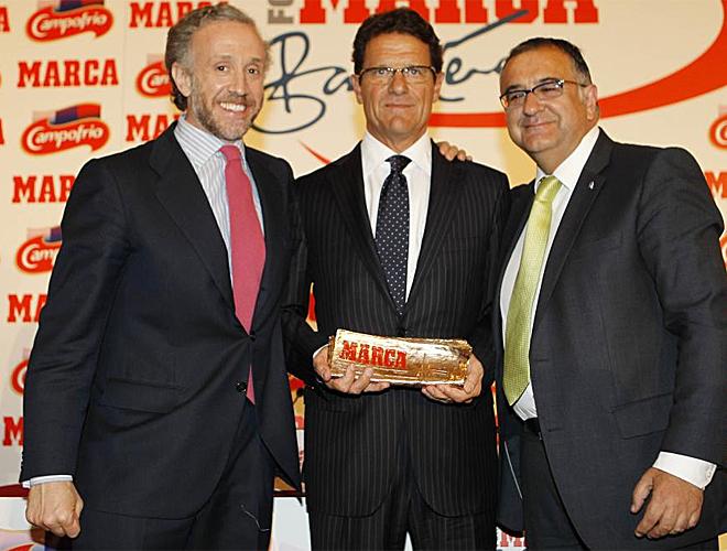 El seleccionador ingl�s posa con Eduardo Inda, director de MARCA, y el colaborador de MARCA Roberto G�mez