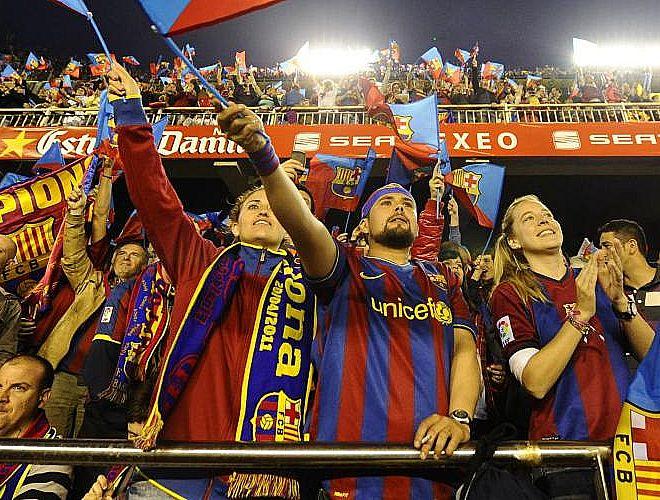 Ondean las banderas con los colores del Fútbol Club Barcelona. Calma tensa en el estadio de Mestalla. Barça y Madrid se juegan el título copero. Los fans son conscientes de ello.