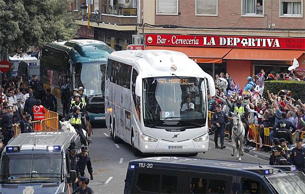 El autob�s del Real Madrid llega primero a Mestalla entre fuertes medidas de seguridad.