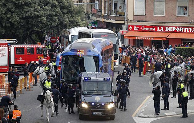 Muy poco despu�s que el autocar blanco de los madridistas, llega el del Barcelona a Mestalla.
