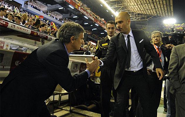 Mourinho y Guardiola se saludan antes del comienzo de la final de Copa en Mestalla.