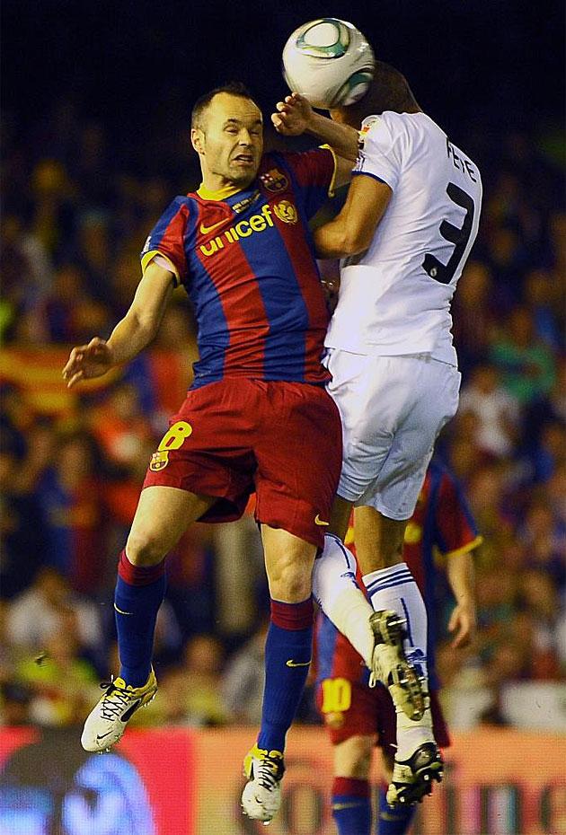 El portugu�s Pepe salta con Iniesta en una acci�n del partido. El luso vuelve a adelantar su posici�n.