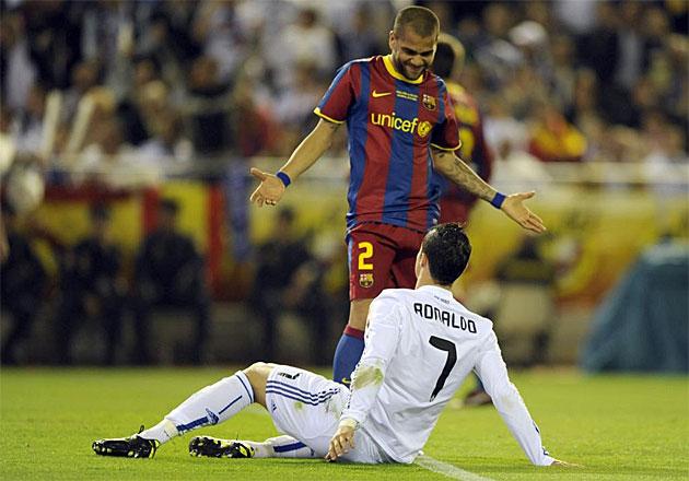 Eso parece decirle Dani Alves a Cristiano Ronaldo.