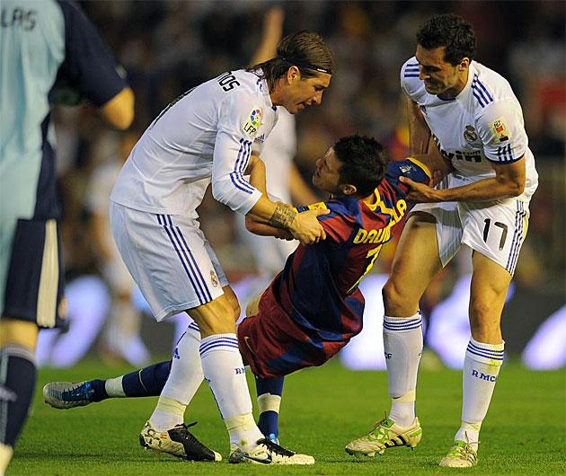 Arbeloa y Sergio Ramos levantan a Villa, que reclamaba un pisit�n del exjugador del Liverpool.