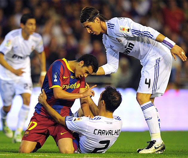 El partido est� siendo 'calentito', aunque no violento. En la imagen se ve a Pedro reclamando a Carvalho mientras Sergio Ramos trata de mediar.