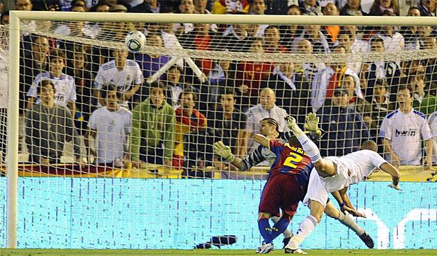 El portugu�s supera a Alves en el salto y cabecea al poste derecho un centro de �zil.