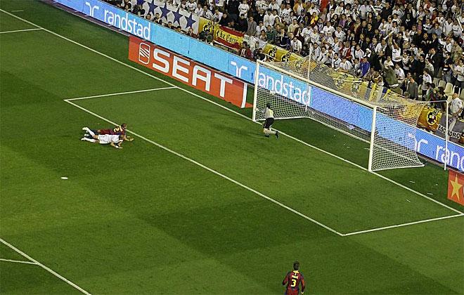 La pelota sale despedida del palo derecho tras el cabezazo de Pepe.