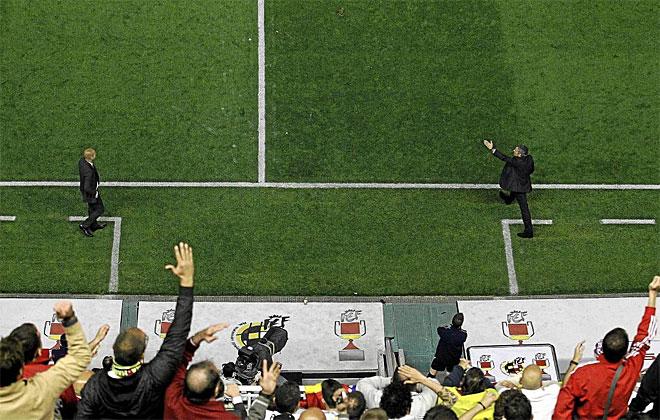 Guardiola y Mourinho bordean el l�mite de su �rea t�cnica dando instrucciones durante la final de Copa.