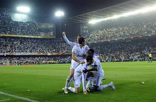 Los jugadores del Madrid celebran junto a la banda el tanto de CR7, que a la postre ha sido suficiente.