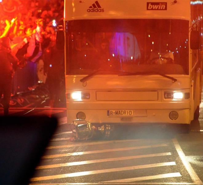 El trofeo se le cay� a Sergio Ramos justo cuando el equipo llegaba a Cibeles. El autob�s del equipo pas� por encima del entorchado.