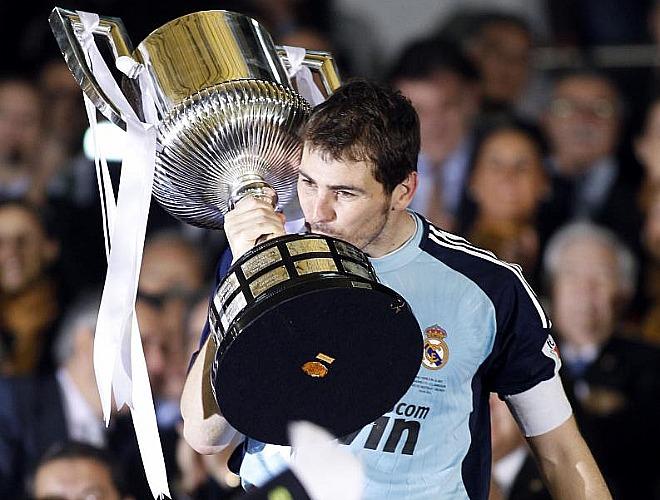 El capitán blanco besa el trofeo antes de alzarlo ante el público que se dio cita en Mestalla.