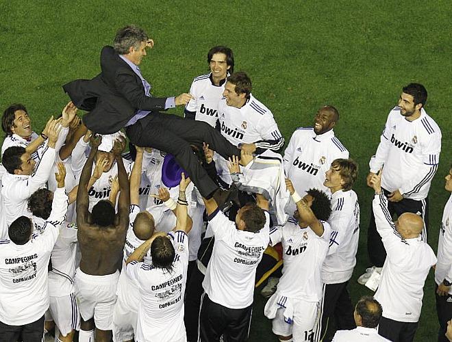 Sin duda, una de las imágenes de la final. Mourinho fue manteado por sus pupilos al terminar el encuentro. Comunión total.