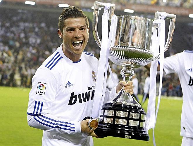 El hombre que hizo el gol de la final, Cristiano Ronaldo, muestra orgulloso su primer título conseguido en España.