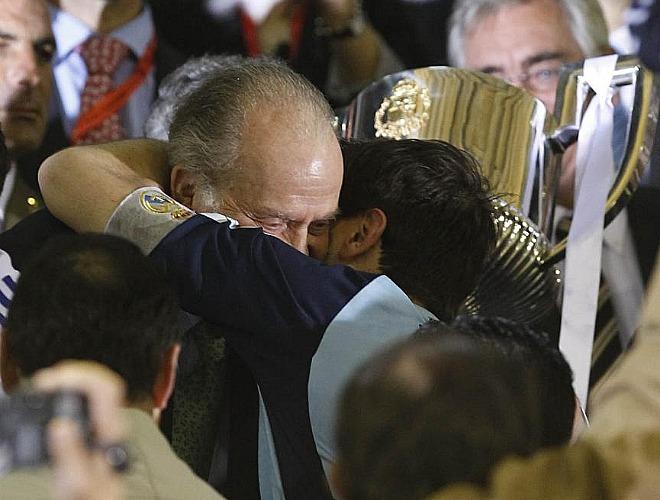 El rey don Juan Carlos volvió a reunirse con Casillas. En esta ocasión fue el monarca el que le ofreció la copa al capitán.