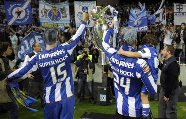 El Oporto est� de fiesta porque, adem�s, esta misma semana se ha colocado en la final de la Europa League y todo indica que ganar� tambi�n la liga portuguesa.