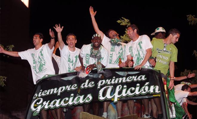 La afici�n del Betis se ech� a las calles de Sevilla para recibir a toda la plantilla verdiblanca que volv�a de Tarragona y as� festejar el ascenso matem�tico a Primera.