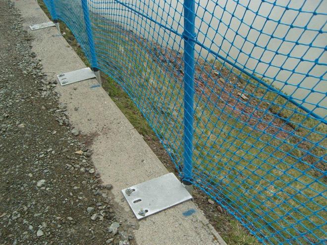 Las redes protectoras para evitar el despe�amiento de los ciclistas est�n atadas con remaches.