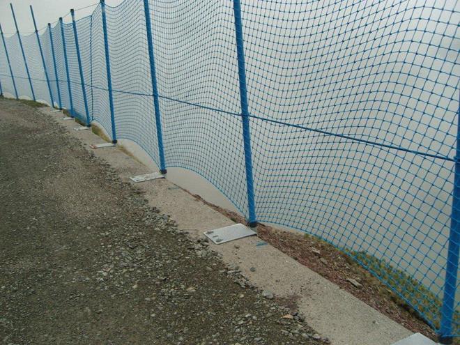 Las redes, tra�das del esqu� alpino, protegeran a los ciclistas de caer al vac�o.
