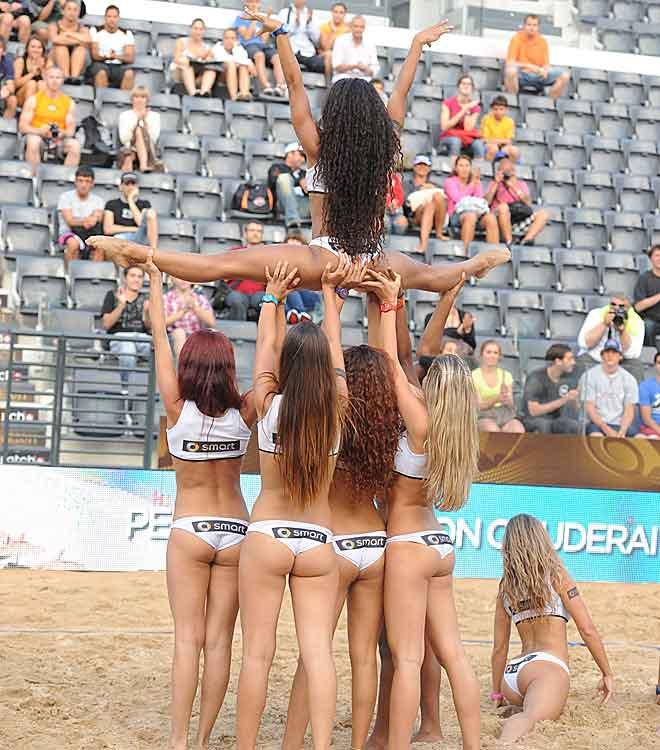 Las animadoras trajeron suerte a las parejas espa�olas en sus partidos en la pista central. Herrera y Gavira, en la jornada inicial, y Liliana y Baquerizo, en dieciseisavos, vencieron sus encuentros en este precioso recinto sin ceder un solo juego.