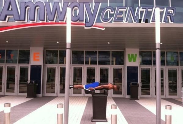 Dwight Howard recogi� el guante de Arenas y es todo un 'profesional' del planking. Aqu� vemos a Superm�n en la entrada del Amway Arena de Orlando.