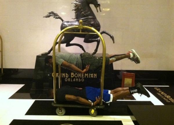No todo iba a ser individualidades. Howard y Arenas trabajan en equipo, también haciendo planking.