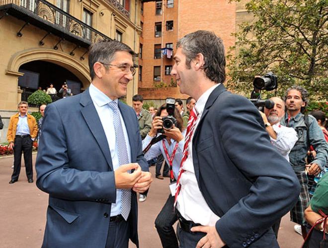 El Lehendakari y el candito a la presidencia del Athletic charlan despu�s de votar