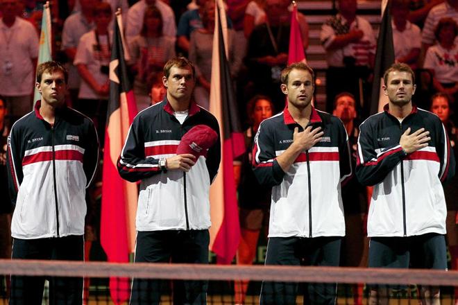 Los estadounidenses, como hacen en cada evento, vivieron el himno nacional con mucha intensidad.