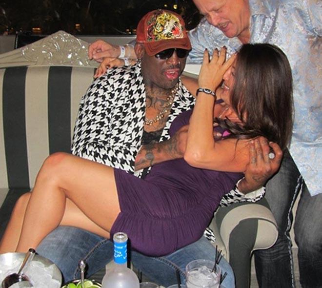 Dennis Rodman organizó una espectacular fiesta en Las Vegas... y el Hall of Fame de la NBA no se cortó ni un pelo ante las cámaras. El Gusano triunfó a lo grande en el Chateau Nightclub del hotel París.
