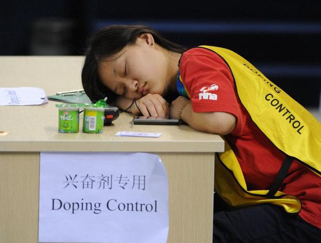 Una de las voluntarias de la organización, y encargada del control anti-doping del Mundial se quedó dormida durante el transcurso de las pruebas de la sincronizada.