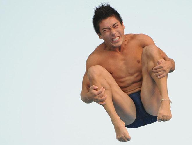 """Las caras de todos los saltadores son un """"poema"""" mientras realizan sus increíbles acrobacias y tirabuzones en el aire antes de caer rectos en la piscina."""